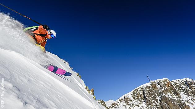 Ski freeride dans la poudreuse pyrénéenne avec dépose héliski selon la formule choisie.