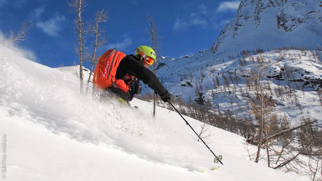 Déposé en héliski, guidé sur les meilleures pentes hors pistes, vous pratiquez le ski freeride en toute sécurité