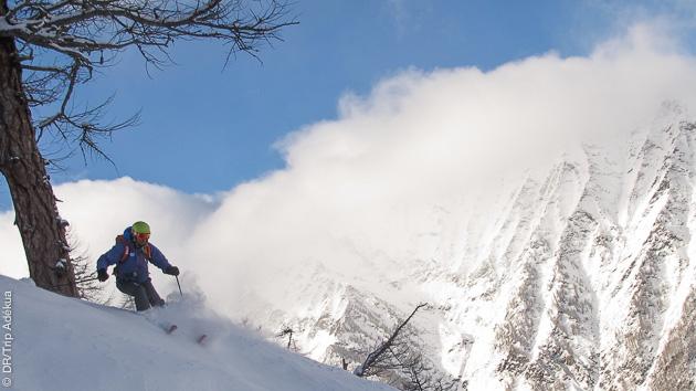 Blanc de la poudreuse, bleu du ciel, descente de fou en ski freeride dans les Alpes italiennes
