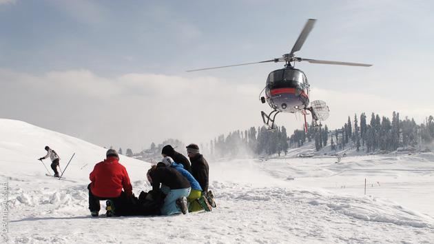 Dépose en héliski sur les sommets des Alpes recouverts de poudreuse pour des descentes ski freeride exceptionnelles