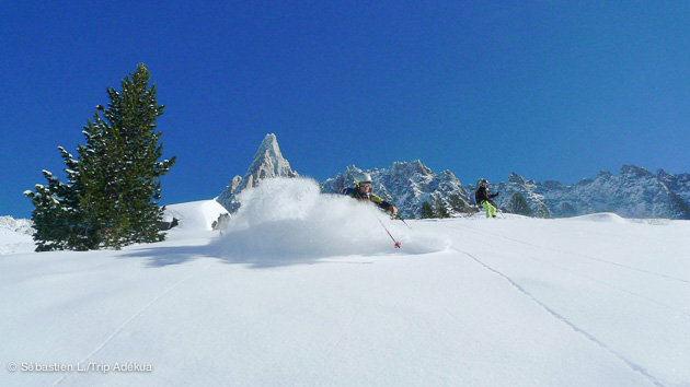 Des traces sans fin dans la poudreuse du massif du Mont Blanc